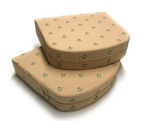 Polsteranfertigung: Sitzkissen aus Schaumstoff Zuschnitt und passendem Bezug aus Möbelstoff.